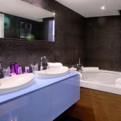 Suite Hotel San Ramón con jacuzzi para parejas en habitación.