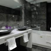 Hotel con jacuzzi en habitación.