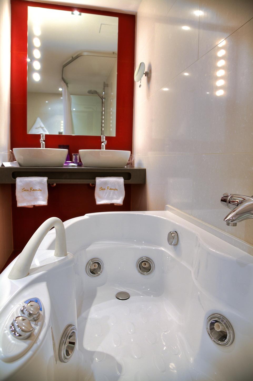 Detalle de los chorros de agua a presión de bañera hidromasaje habitación Doble Superior